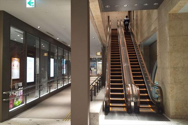 ビル2階の阪急電車切符売り場奥